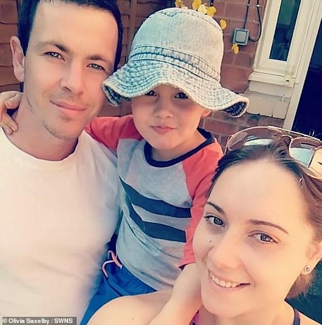 Oscar, fotografiado con sus padres, Jamie y Olivia, necesita un trasplante de células madre para tratar de curar su leucemia linfoblástica aguda