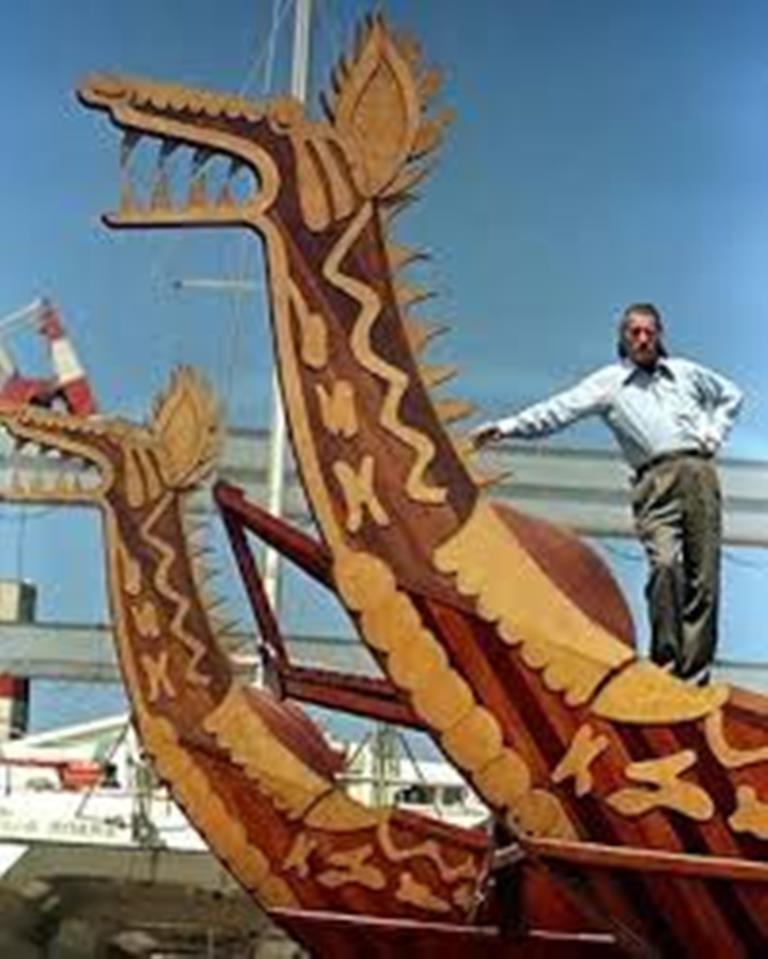 Gene Savoy posando en Serpiente Emplumada, 1997. Goleta con la que realizara varias exploraciones, en su intento por probar su tesis difusionista