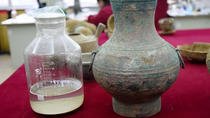 En la imagen: los 3.5 litros del «elixir» extraídos del recipiente hallado