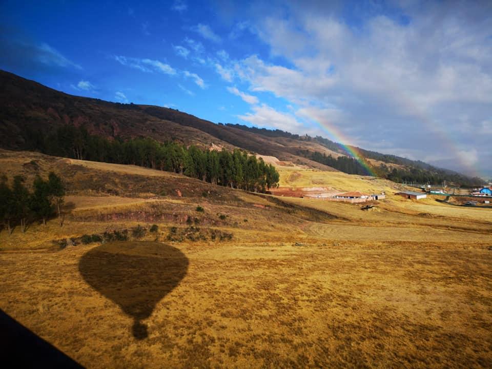 Impresionante vista del Valle Sagrado de los Incas y la sombra del globo aerostático en pleno vuelo