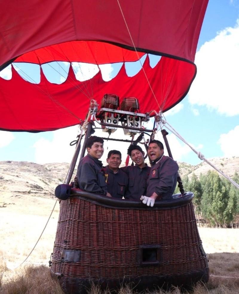 Luis Dueñas (segundo de la izquierda) junto al equipo que brinda los servicios de Sky Dreams Perú
