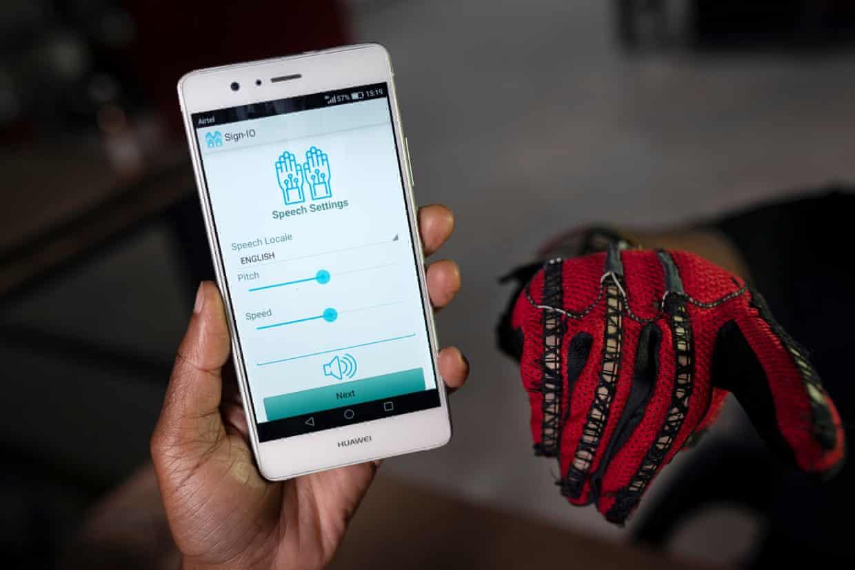 La aplicación Sign-IO, que vocaliza las palabras en lenguaje de señas de la persona que lleva los guantes