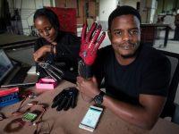 Ingeniero de Kenia crea guantes que traducen el lenguaje de señas en voz audible