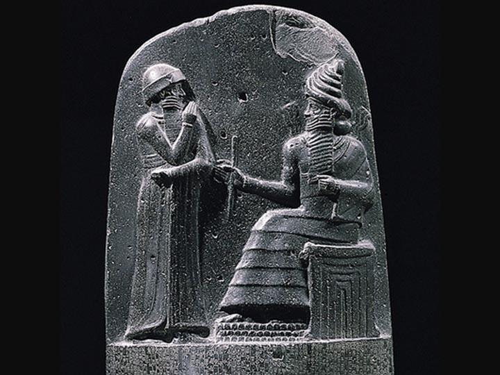Marduk en la parte superior de la estela del código de Hammurabi.