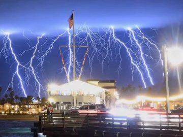Más de 1.500 rayos caen en tan solo 5 minutos en California