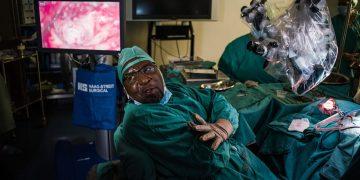 Médico de Sudáfrica cura la sordera con un trasplante de oído medio