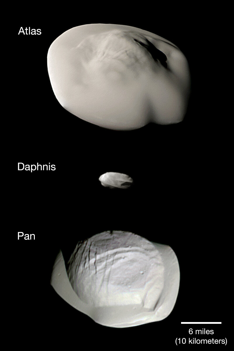 Esta imagen de vistas desde la nave espacial Cassini de la NASA muestra tres de las pequeñas lunas de anillo de Saturno: Atlas, Daphnis y Pan