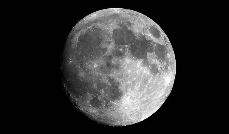 Observan moléculas de agua emergiendo de la superficie de la Luna
