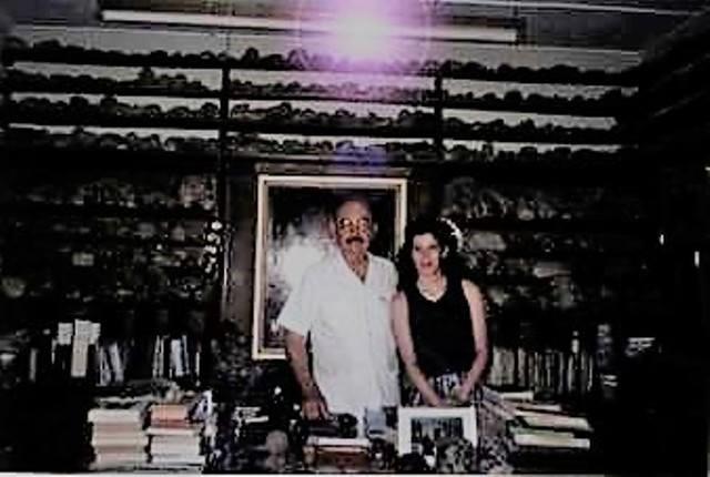Posando junto al Doctor Javier Cabrera Darquea, Museo de Ica, 1998
