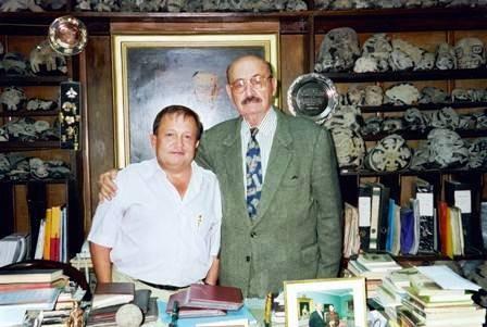 Josep Serneguet junto al doctor Javier Cabrera Darquea, Museo de Ica, 1999