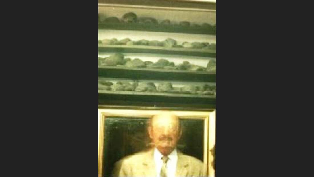 Extraña luminosidad rodeando al fallecido Javier Cabrera Darquea, eminente médico y custodio, de la famosa Biblioteca Lítica de Ica