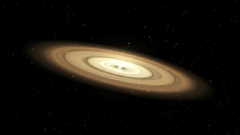 Los científicos piensan que los planetas comienzan como meros granos de polvo. Surgen de discos gigantes de gas y polvo que rodean a estrellas jóvenes. La gravedad y otras fuerzas hacen que el material dentro del disco choque y se unan