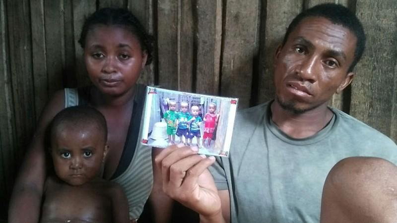 Dada sostiene una foto de tres familiares cercanos, incluido su hijo, que murió de sarampión con una semana de diferencia en Fort Dauphin, Madagascar, el 28 de febrero de 2019