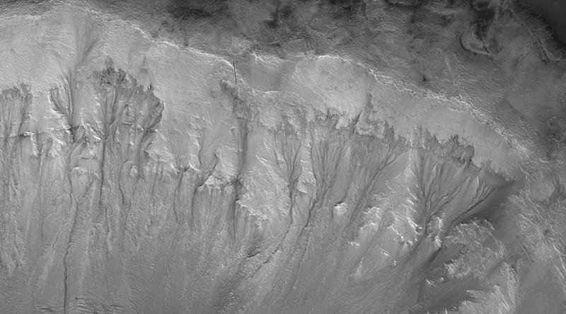 El equipo estudió imágenes de alta resolución para analizar las fracturas del suelo a lo largo de las paredes de grandes cráteres de impacto, como la línea de pendiente recurrente de Marte (en la imagen). Y, dicen que estas características parecen similares a las características vistas en la Tierra. Las fuentes de agua a una profundidad de hasta 750 metros debajo de la superficie podrían producir corrientes incluso fuera de los polos