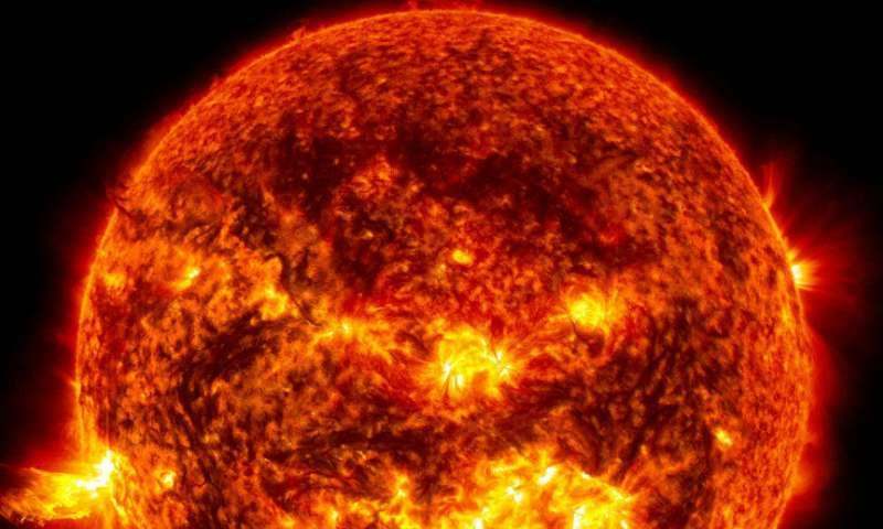 Esta imagen muestra la luz brillante de una llamarada solar en el lado izquierdo del Sol y una erupción de material solar que se dispara a través de la atmósfera del sol, llamada erupción prominente