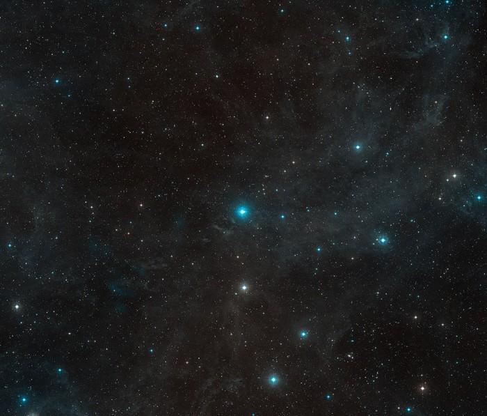 Esta imagen de campo amplio muestra los alrededores de la joven estrella HR8799 en la constelación de Pegaso. Esta imagen fue creada a partir de material que forma parte de Digitized Sky Survey 2