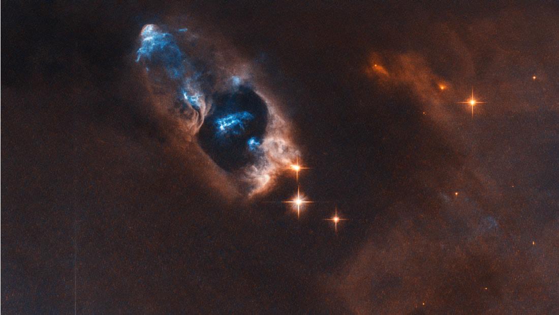 Telescopio Hubble observa objetos que se alejan de una estrella recién nacida