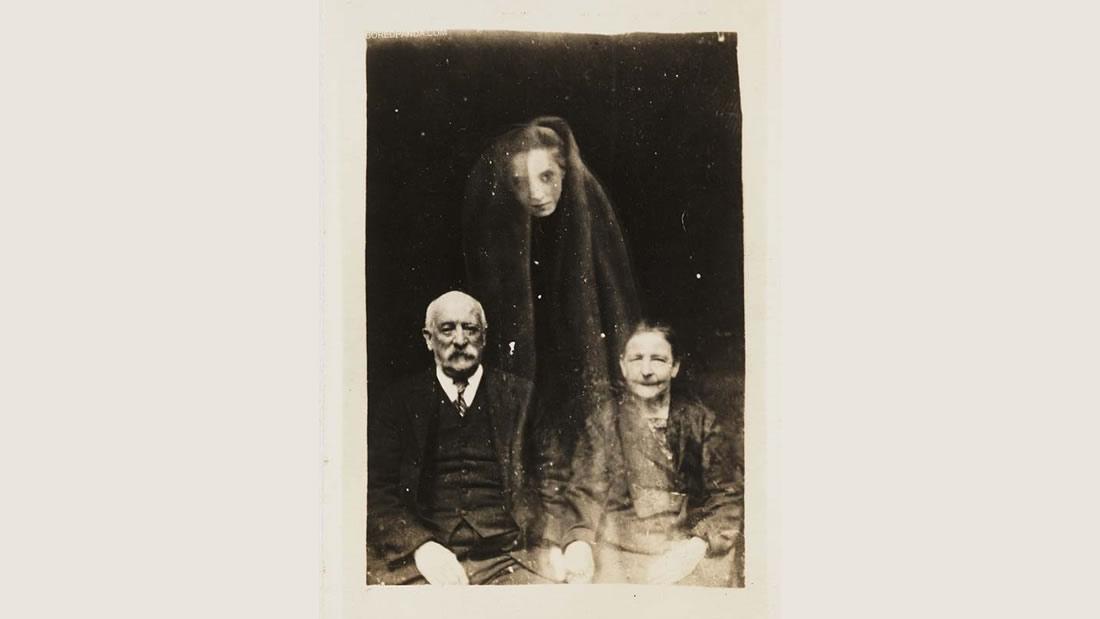 Algunas fotografías falsas de la antigüedad contribuyeron con el temor de las personas hacia los espíritus. William Hope era un maestro de la creación de fotografías con fantasmas utilizando la doble exposición