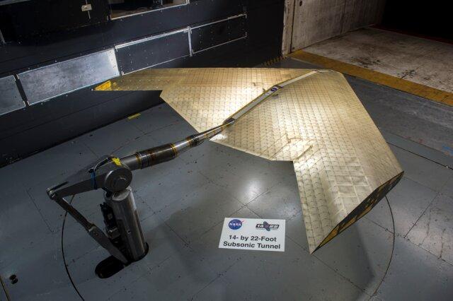 El ensamblaje del ala se ve en construcción, ensamblado a partir de cientos de subunidades idénticas. El ala fue probada en un túnel de viento de la NASA