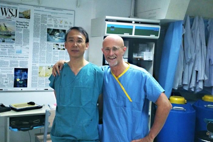 Los cirujanos Ren Xiaoping y Sergio Canavero dicen que los monos y los perros pudieron volver a caminar después de que sus médulas espinales se «transectaron completamente» durante la cirugía y luego se volvieron a juntar