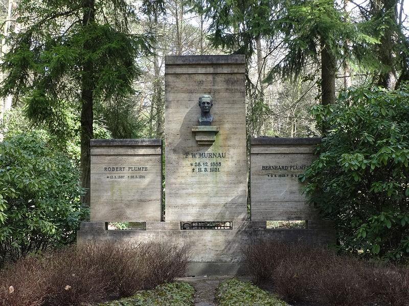 Tumba de de Friedrich Murnau, que en 2015 enfrentó el robo de su cráneo. ¿Obra de Satanistas?