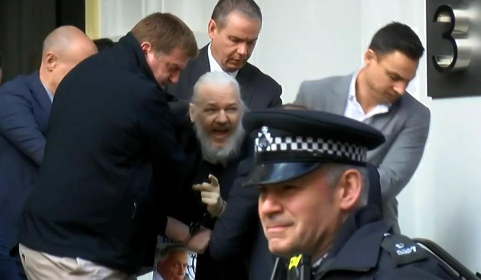 Assange salió por la fuerza y esposado de la Embajada de Ecuador