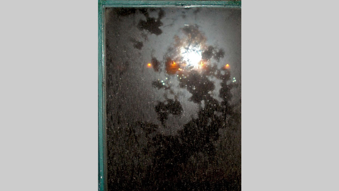 Misteriosa formación en la ventana del balcón