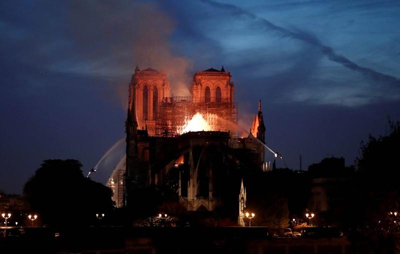 Bomberos apagan las llamas de la ardiente catedral de Notre Dame en París, Francia, el 15 de abril de 2019