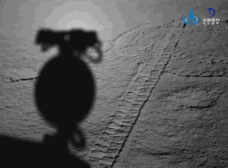 La sombra de Yutu-2 en la superficie lunar