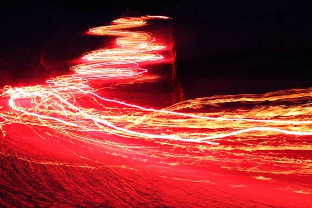 Investigadores logran controlar la velocidad de la luz y enviarla hacia atrás