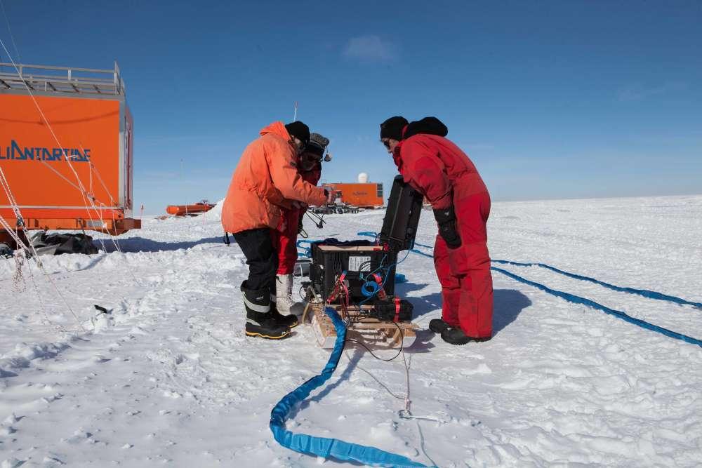 Preparativos para la medición por radar en Little Dome C para definir la estructura de capas del hielo en los sitios de perforación potenciales