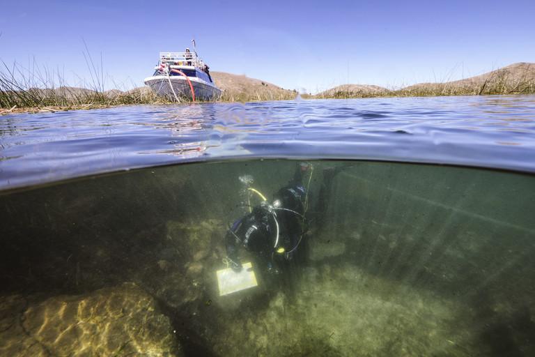 Excavaciones arqueológicas submarinas sistemáticas desde un lugar ceremonial submarino cerca de la Isla del Sol en el Lago Titicaca, Bolivia