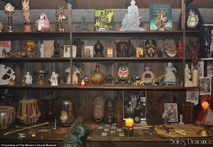 Diversos objetos «malditos» presentes en el Museo del Ocultismo. Se tiene prohibido tocarlos. Muchos de estos objetos se relacionan a casos de magia negra, misteriosos asesinatos y hasta poseen una relación a entes demoníacos