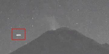 OVNI alargado y luminoso aparece sobre el Popocatépetl