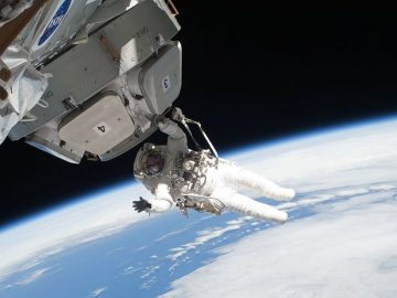 ¿Por qué no podemos ver las estrellas en las fotos del espacio?