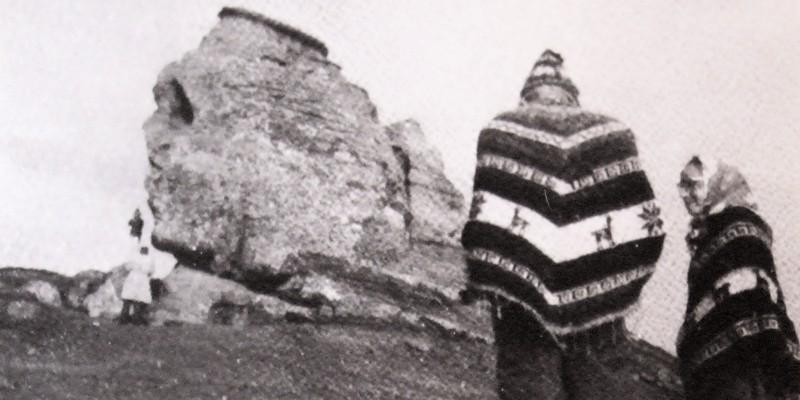 Daniel Ruzo de espalda, observando la esfinge de Bucegi, Rumania, 1968