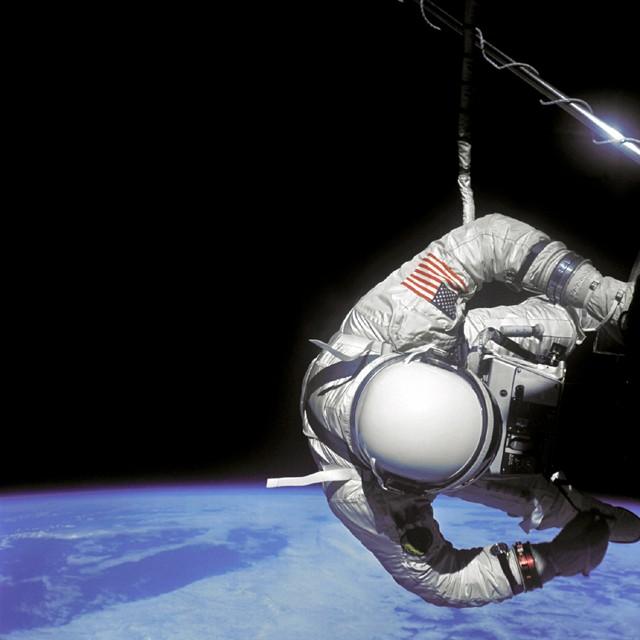 Buzz Aldrin, en una caminata espacial de 1966. Observe la falta de estrellas en la imagen