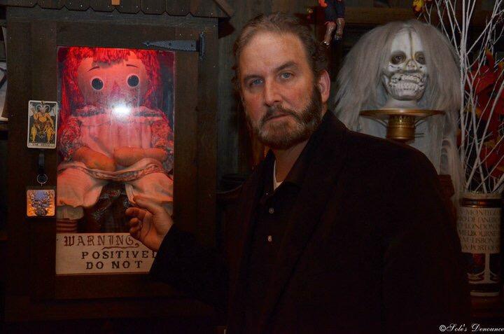 Tony Spera, yerno de Lorraine Warren continuará con su legado. En la imagen, posa junto a la muñeca Annabelle.