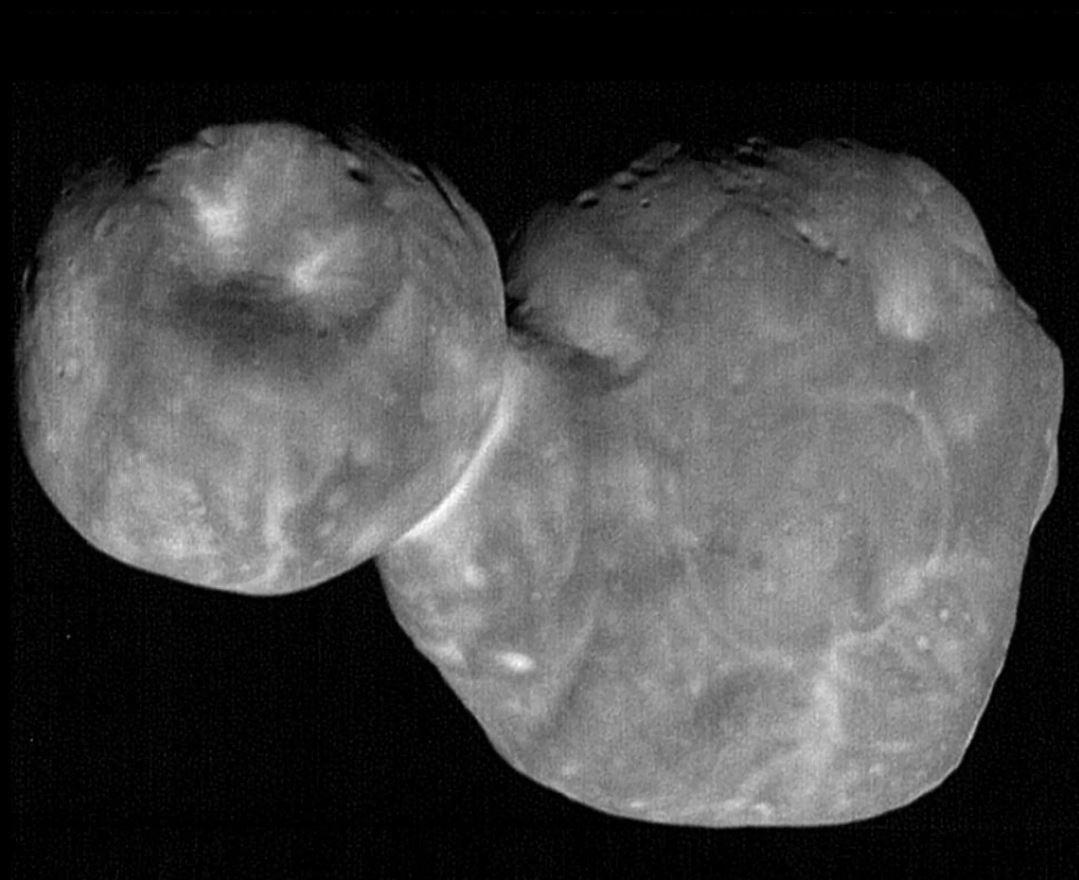 El objeto distante Ultima Thule, tal como lo vio la nave espacial New Horizons de la NASA el 1 de enero de 2019. En este punto de vista se pueden ver misteriosas características similares a montículos en el lóbulo más grande del cuerpo