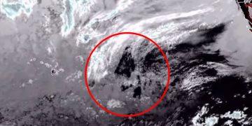 Un triángulo gigantesco emerge del Océano Pacífico
