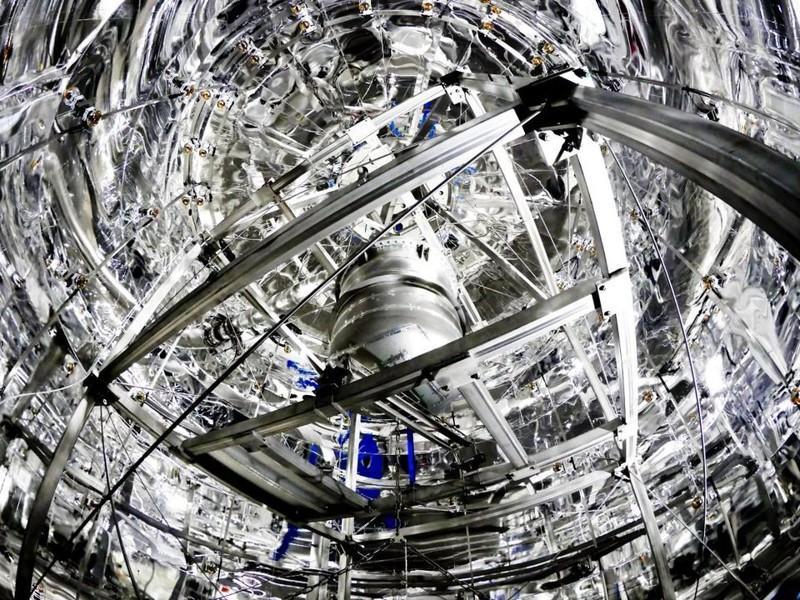 El detector XENON1T, con su criostato de fondo bajo, se encuentra en el centro de un gran escudo de agua para proteger el instrumento contra los fondos de rayos cósmicos