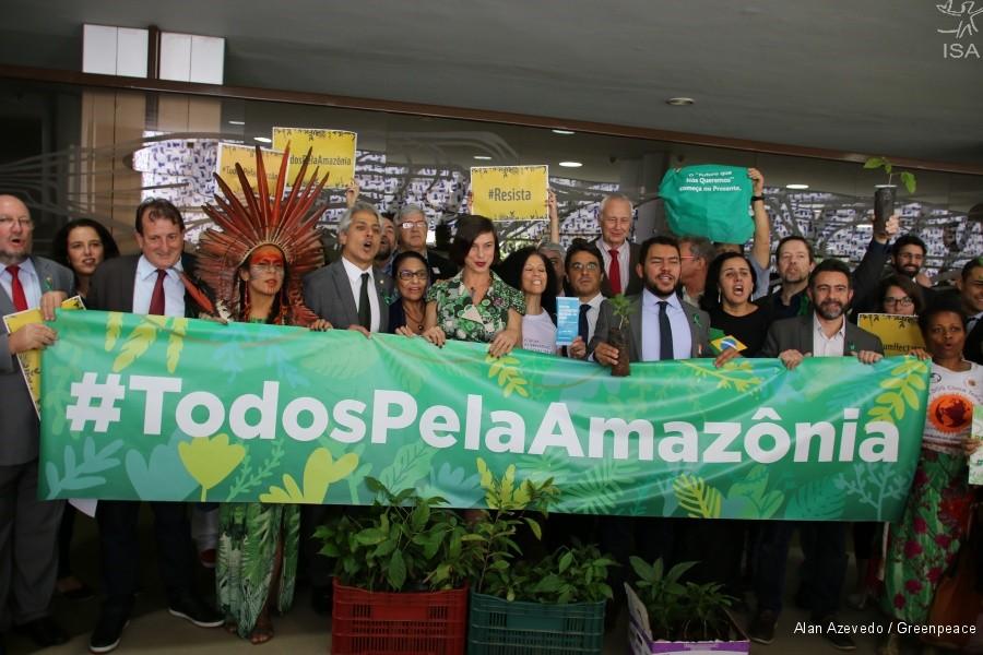 Parlamentarios, indígenas y militantes protestan contra el gobierno en defensa de la Amazonía