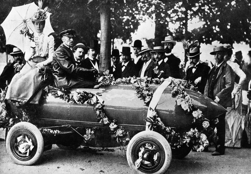 Camille Jenatzy conduce su auto eléctrico de diseño propio cerca de París, Francia. Fue la primera persona en superar los 100 kilómetros por hora en un automóvil (1899)