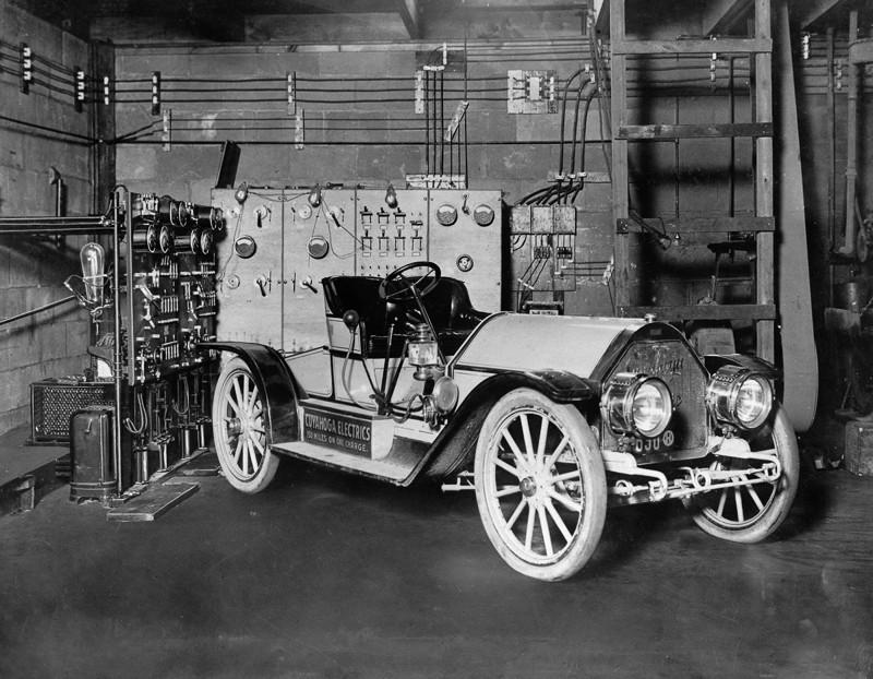 Un juego de carga de rectificador de arco de mercurio enciende un auto eléctrico en un garaje en Cleveland, Ohio
