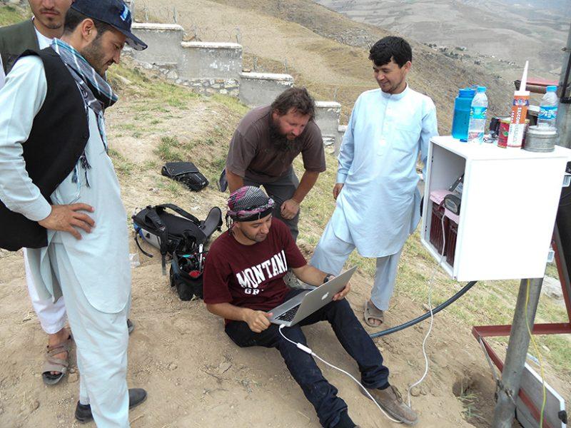 Un equipo de científicos afganos y estadounidenses instala un instrumento GPS continuo en Fayzabad, Afganistán. Los datos recogidos de este trabajo de campo ayudaron a revelar la presencia de la burbuja debajo del Hindu Kush