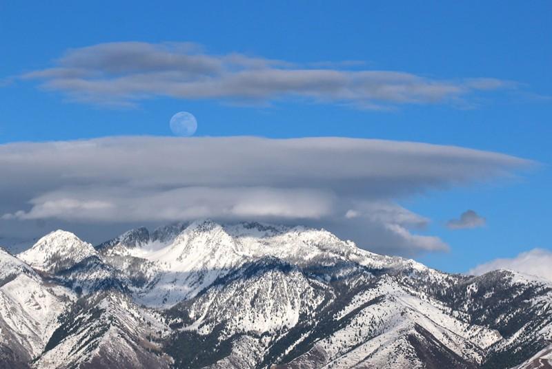 La Luna Gibosa (entre la luna llena y el cuarto creciente) se eleva sobre las montañas Wasatch cerca de Salt Lake City el 17 de abril de 2019