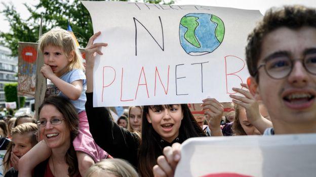 «No hay planeta B», reza esta pancarta en protestas este viernes en Suiza