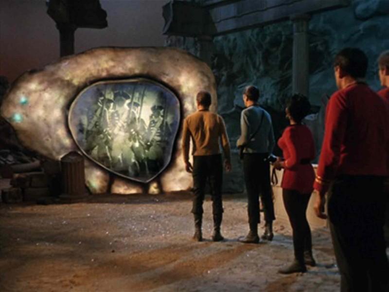 Fotograma de la recordada serie de los sesenta Star Trek, donde se visualiza el encuentro de un portal. Capítulo The Guardian of Forever