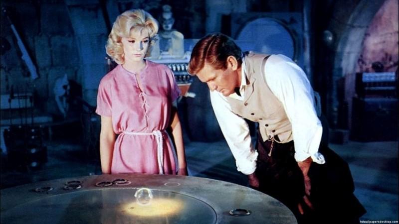 Fotograma de la Máquina del Tiempo, film de 1960. En la escena, el protagonista contempla un anillo parlante, semejantes a los audio-libros descritos, dentro de Rainbow City