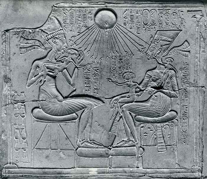 Culto al Sol en el Antiguo Egipto. Los lados de una pirámide podrían representar los rayos solares, surgidos de un punto central
